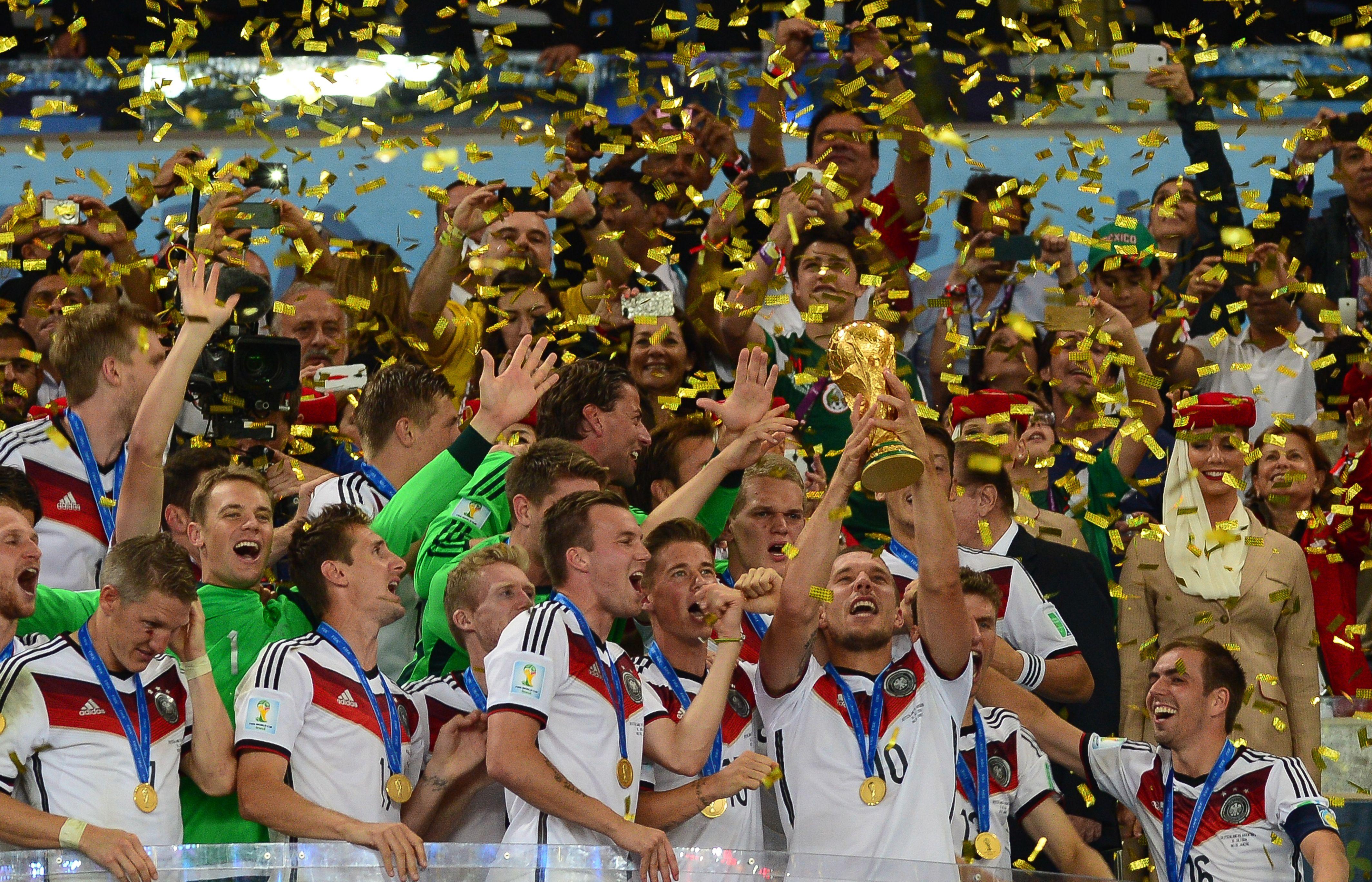 DFB-Team mit WM-Pokal