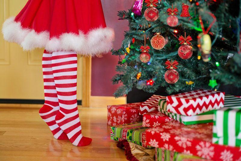 Bescherung, Weihnachtsbaum und rot-weiße Kleidung, Tradition zu Weihnachten
