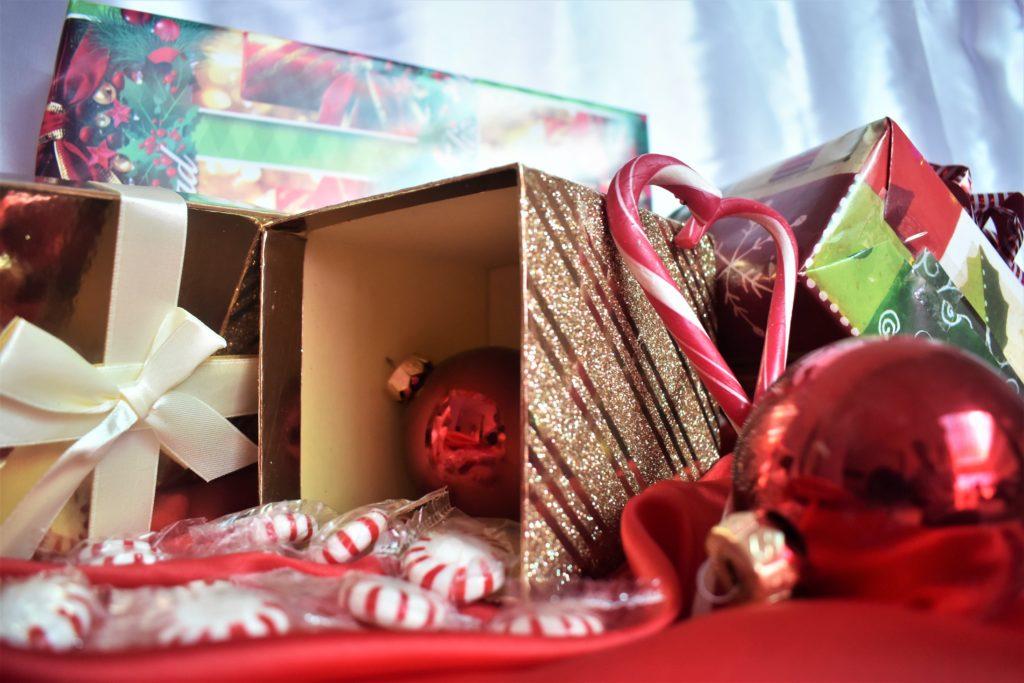 Zu den Last-Minute-Erledigungen gehört auch das Geschenke einpacken