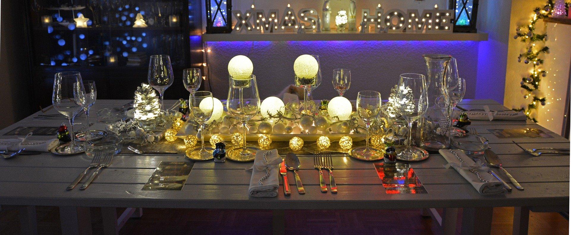 Für das Weihnachtessen gedeckter Tisch
